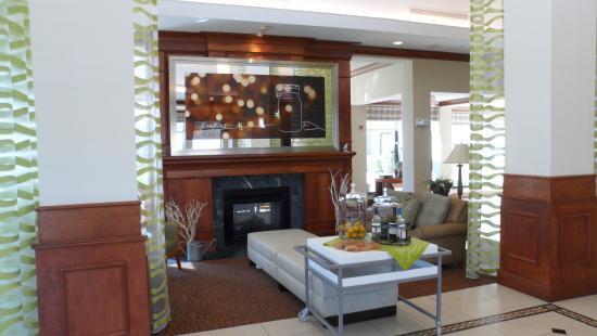 Hilton Garden Inn Memphis Southaven: The Lobby Fireplace Area