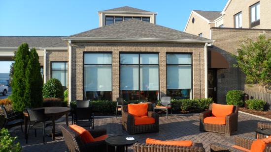 Hilton Garden Inn Memphis Southaven: The outside terrace and firepit area