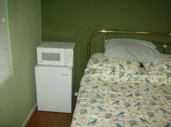Trail Rider's Inn Motel: bedroom with fridge and microwave