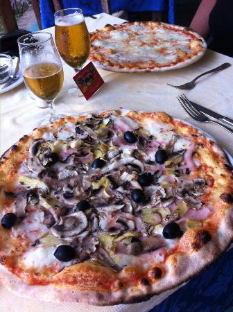 Ristorante Pizzeria Da Max: 2 vraies et immenses  pizzas italiennes cuisinées au feu de bois