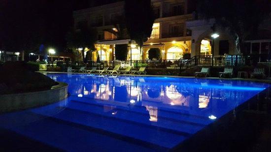 Altinkaya Holiday Resort: Hotel view & pool at night