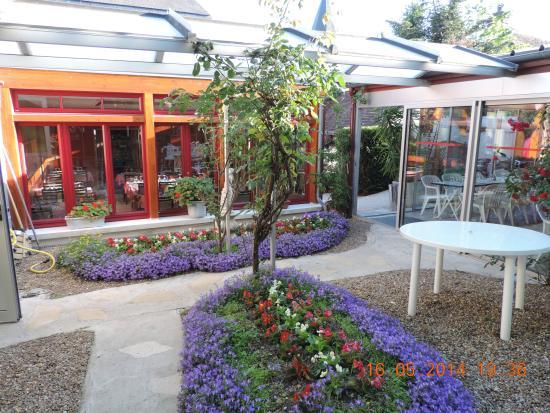 Acc s salle de restaurant terrasse d 39 t et jardin fleuri picture of au gateau breton - Terrasse et jardin fleuri paris ...