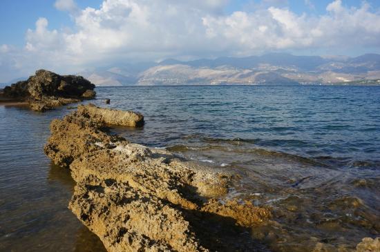 Lepeda Beach : Слева за камнями лягушатник