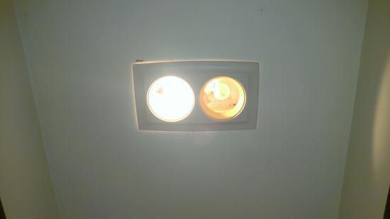 The Silver Lake Motel & Inn: Bathroom lighting