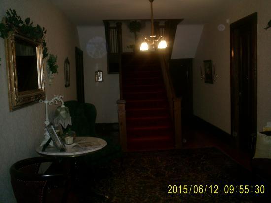 1840 Inn on the Main Bed and Breakfast: Main hallway