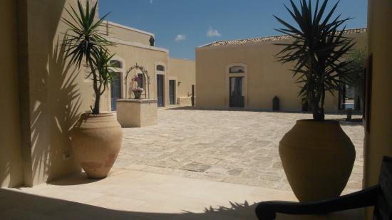 Masseria Della Volpe: Внутренний дворик массерии