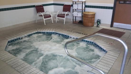 Days Inn & Suites by Wyndham Airport Albuquerque: Clean Jacuzzi and working jets!!!!!