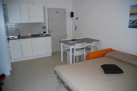 Cucina con divano letto - Foto di Residence Altea, Riccione ...