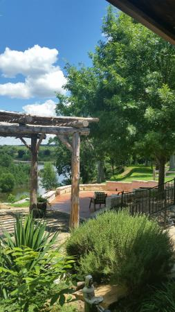 Bella Vista Bed and Breakfast on Lake Travis: Picture yourself relaxing under the oaks and taking in the view of Lake Travis!