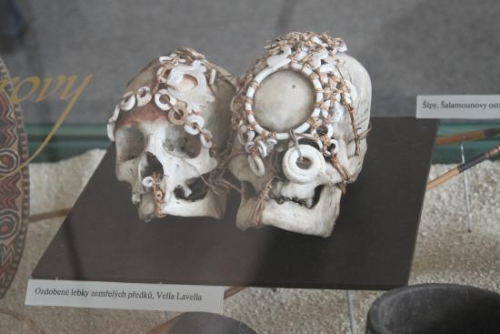 Naprstek Museum of Asian, African and American Cultures: Черепа с погребальными украшениями