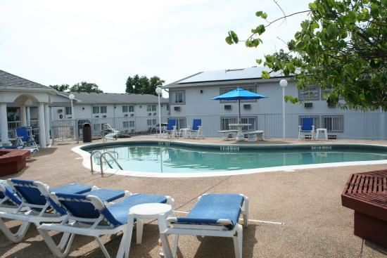 Baymont Inn & Suites Osage Beach: Outdoor Pool