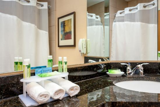 Holiday Inn Express Pullman: Spacious Bathroom