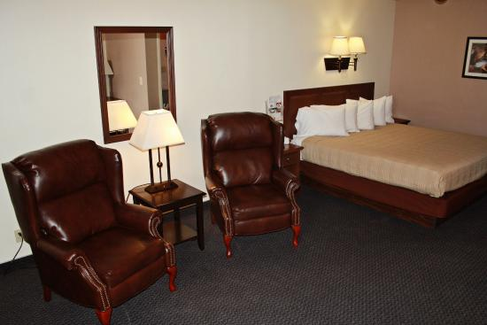 Bowen Motel: Deluxe King Room w/Recliners