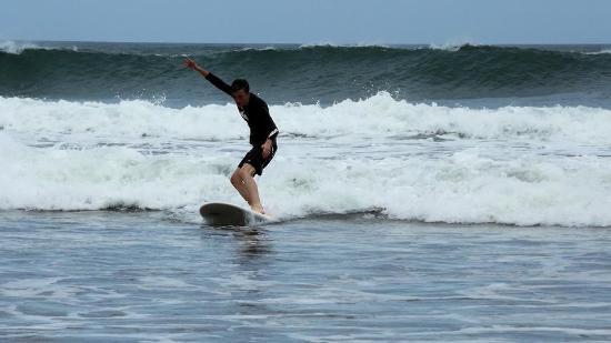 "Costa Rica Surfing Company : ""Queso"" grabs a wave!"
