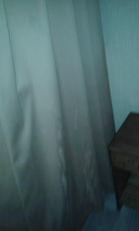 Hotel Antupiren: cortinas manchadas