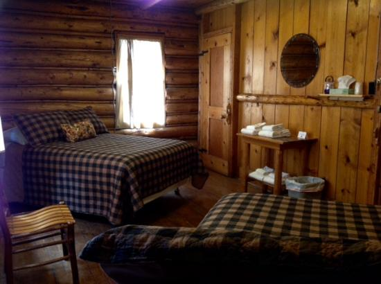 Range Riders Lodge: Roonmn 8 2 double beds faces south conjoins Room 7