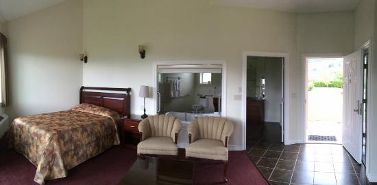 Shiraz Villa : Spacious room - bright, clean and comforable