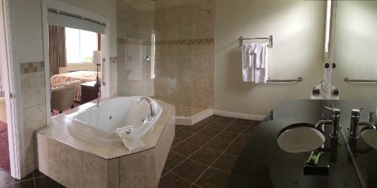 Shiraz Villa : Massive bathroom, jetted tub and walk in shower