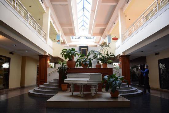 Le Grande Plaza Hotel: lobby with piano