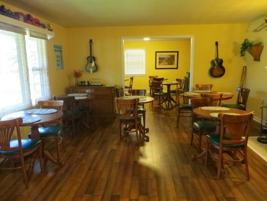 Glen Loch Inn: Dining Area decorated with musical instruments