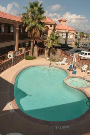 Quality Inn & Suites: View of pool from our room