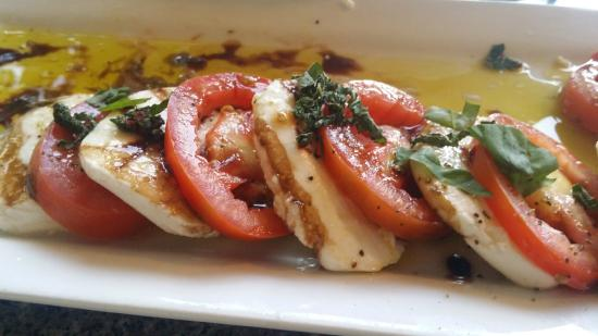 St. Clair Winery & Bistro: Tomatoes, Mozzerella and Basil, YUM