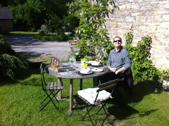 Old Nursery House B&B: Breakfast outside!