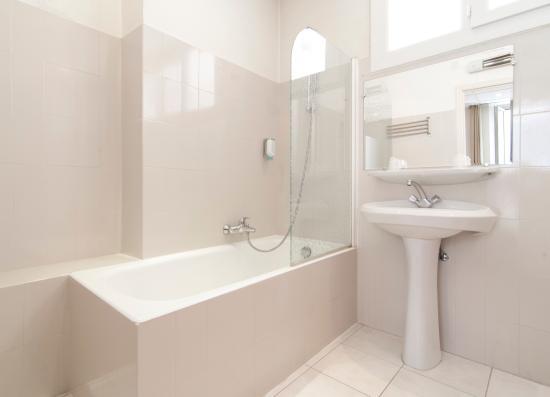 Salle de bain chambre double standard - Picture of HOTEL P.L.M ...