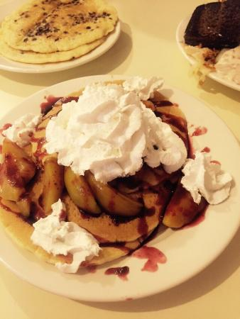 Samuel's Pancake House & The Gift and Candy Cottage: Peach Melba pancakes