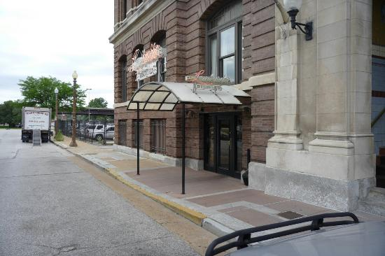 Lombardo's Trattoria: Main entrance at Drury Inn
