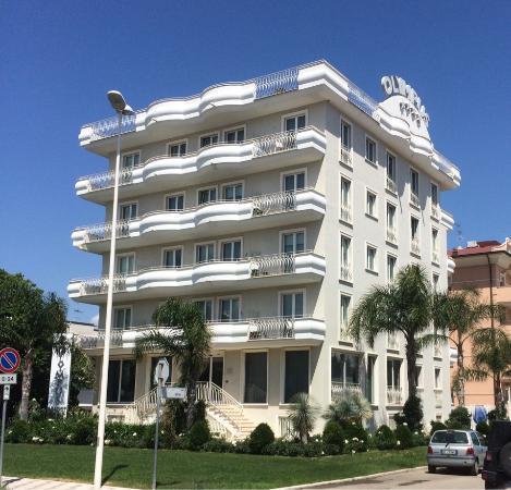 Resort Olympus Alba Adriatica: Здание Resort Olympus - вид c via Olimpica