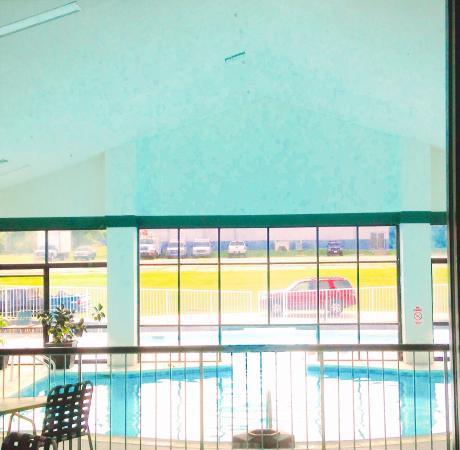 Best Western Parkside Inn: Indoor/Outdoor Pool