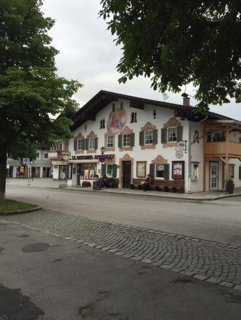 O hotel Zugspitze em Garmisch é ótimo, aconchegante e acolhedor. Os quartos são espaçosos e bem