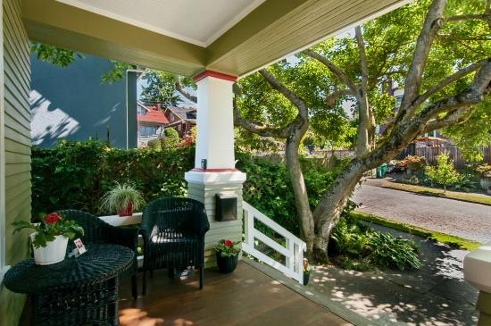 9 Cranes Inn : Shaded front porch offers relaxation