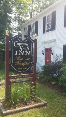Captain Swift Inn: Yes! Yes! Yes! From the location to the breakfasts to the wonderful suites, Linda and Norm are t