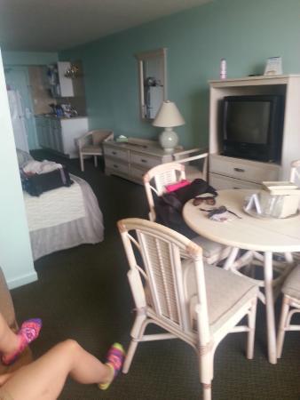 Casablanca Oceanside Inn: Overview of Room 406 Efficiency