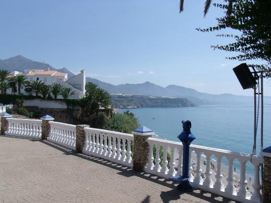 Acapulco Apartments Nerja: the viewing point and steps down to Burriana - 30 secs walk from Acapulco