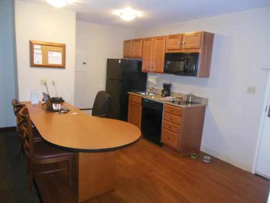 Candlewood Suites Winchester: Bar and desk seating - fully equpped kitchen