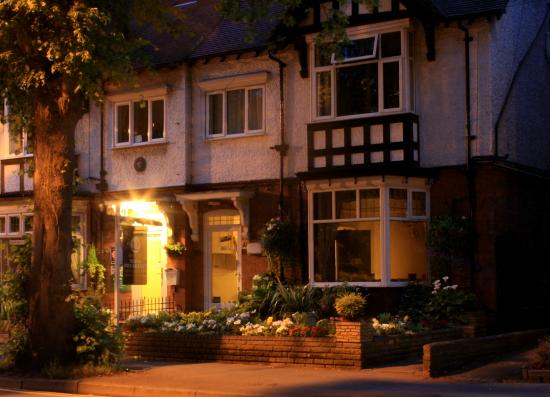 Stretton Guest House: The B&B at night