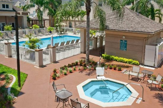 Homewood Suites by Hilton Fort Myers: Outdoor Pool and Spa deck