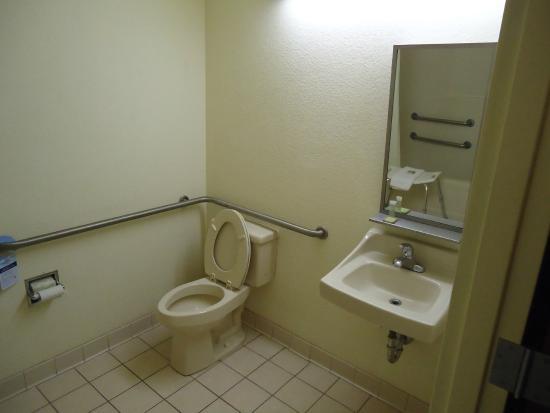 Motel 6 Brunswick: Bathroom