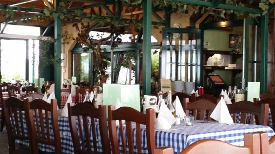 Trattoria Toscana: vorderer Teil des Restaurants ... war früher die Terrasse