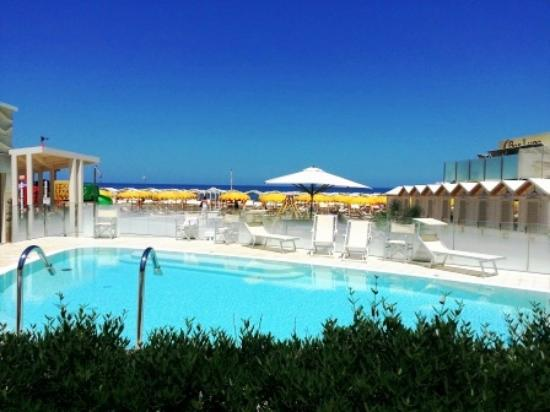 Hotel Astra: piscina in spiaggia