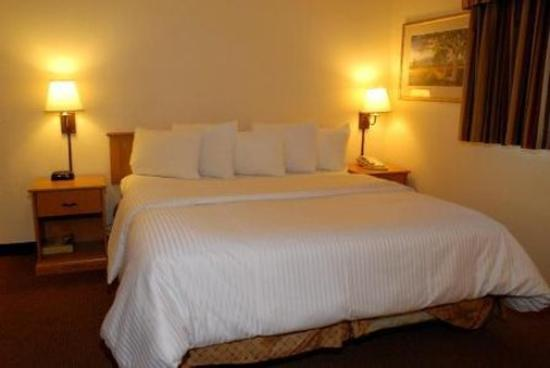 GuestHouse Inn & Suites Upland: Room