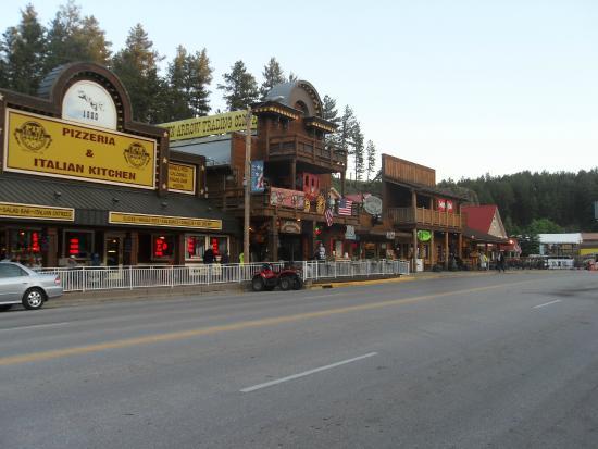 Mt. Rushmore's Washington Inn & Suites: Kitchy little town of Keystone