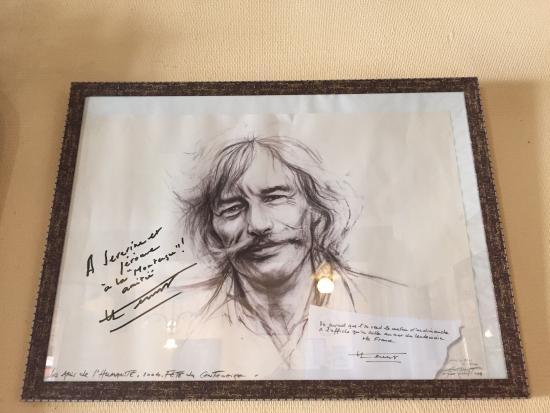 La Montagne : Un fusain de Jean Ferrat sur un mur du restaurant