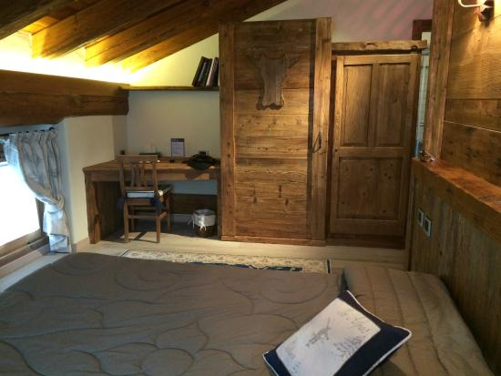 Relais Du Berger : Foto do quarto com armários e mesa de trabalho.