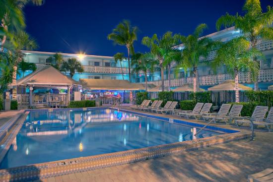 Ramada Fort Lauderdale Oakland Park: Courtyard and Pool by Night