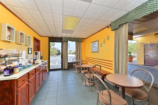 Americas Best Value Inn St. Augustine Beach: Breakfast Area