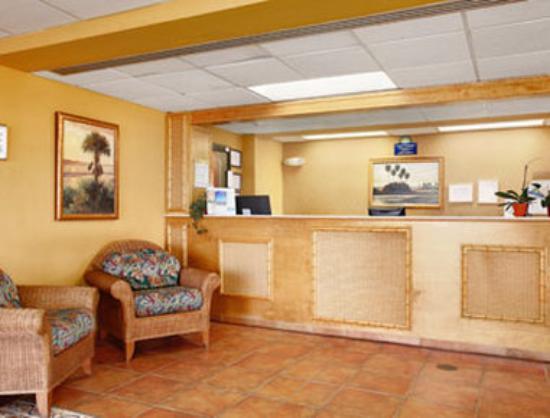 Days Inn & Suites Davenport: Lobby
